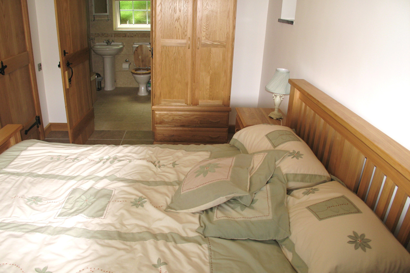 Churn Cottage at Neuadd Farm Holiday Cottages near New Quay – En Suite Bedroom